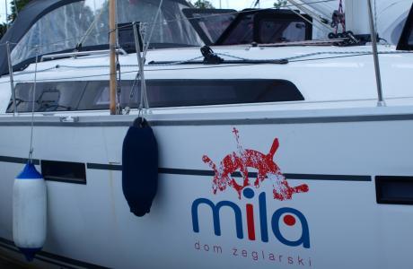 Logo firmy na burcie jachtu