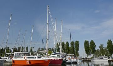 Jacht Weekend 820 wśród innych żaglówek