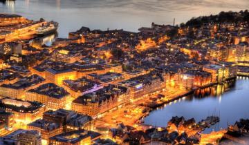 Nadmorskie miasto nocą