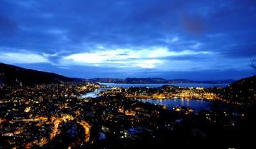 Nocne światła nadmorskiego miasta