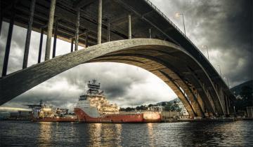 Most nad cieśniną morską
