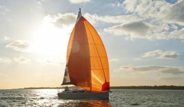 Jacht na tle słońca