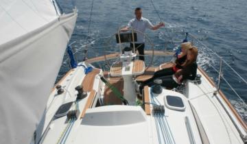 Załoga jachtu w trakcie rejsu