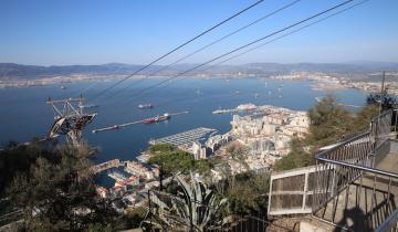 gibraltar-spacer-po-skale-gibraltarskiej-okolice-zakatka-apes-den