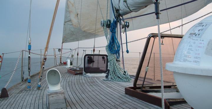pokład jachtu żaglowego