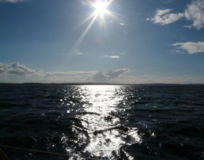 Widok z morza na wyspę