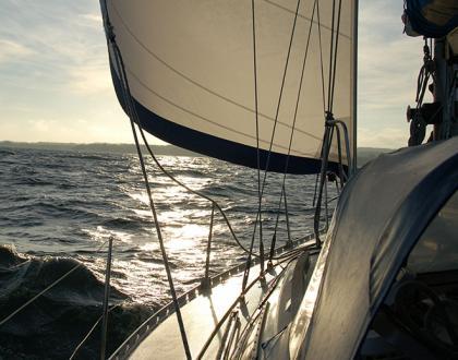 Jacht pod pełnymi żaglami