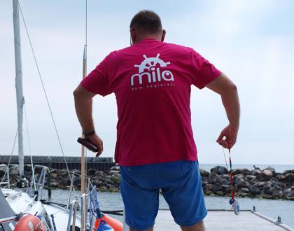 różowa koszulka Domu Żeglarskiego Mila